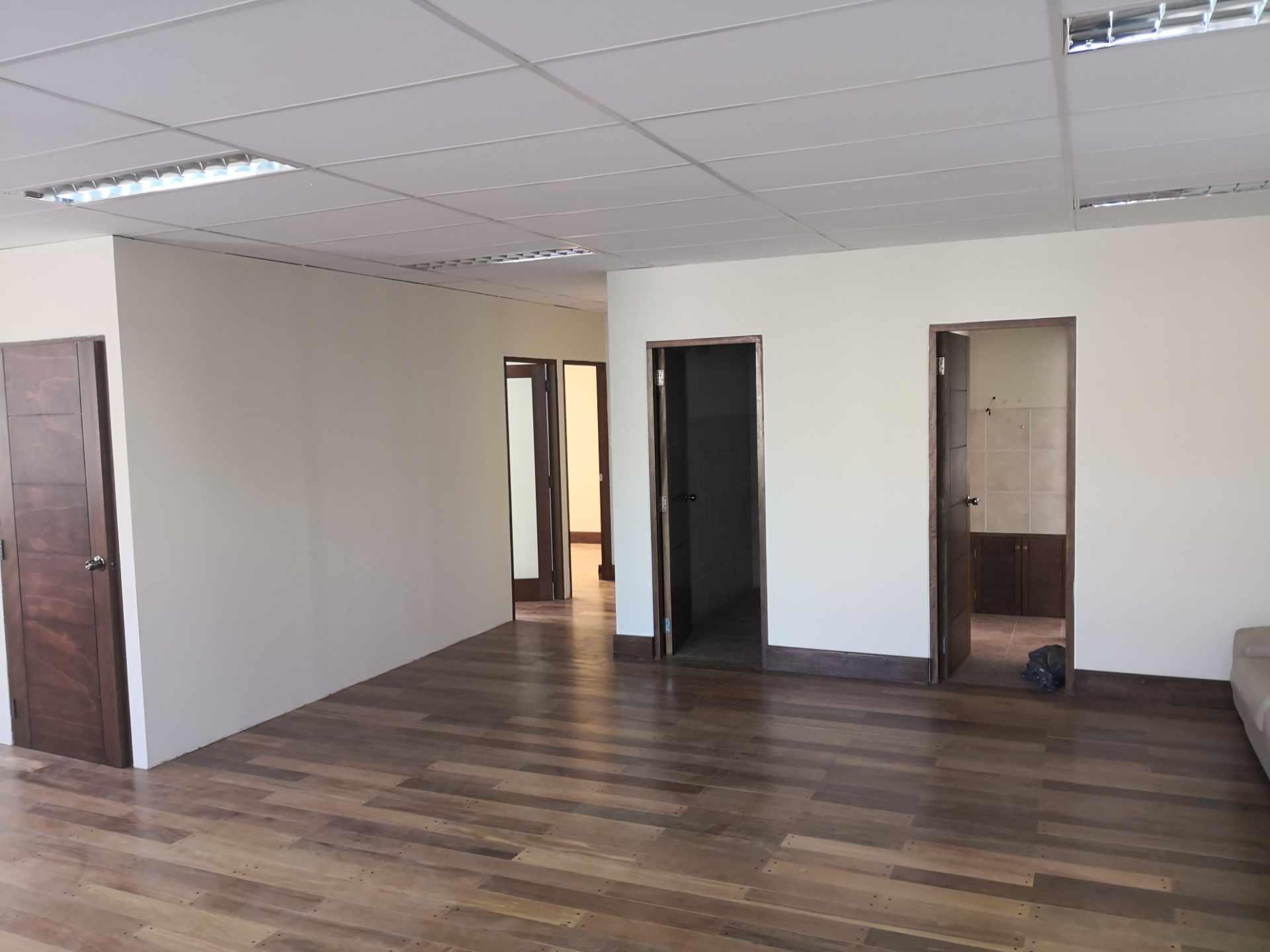 Oficina en Alquiler Zona de Calacoto, Calle 10  a muy pocos pasos de la Av. Ballivián Foto 5