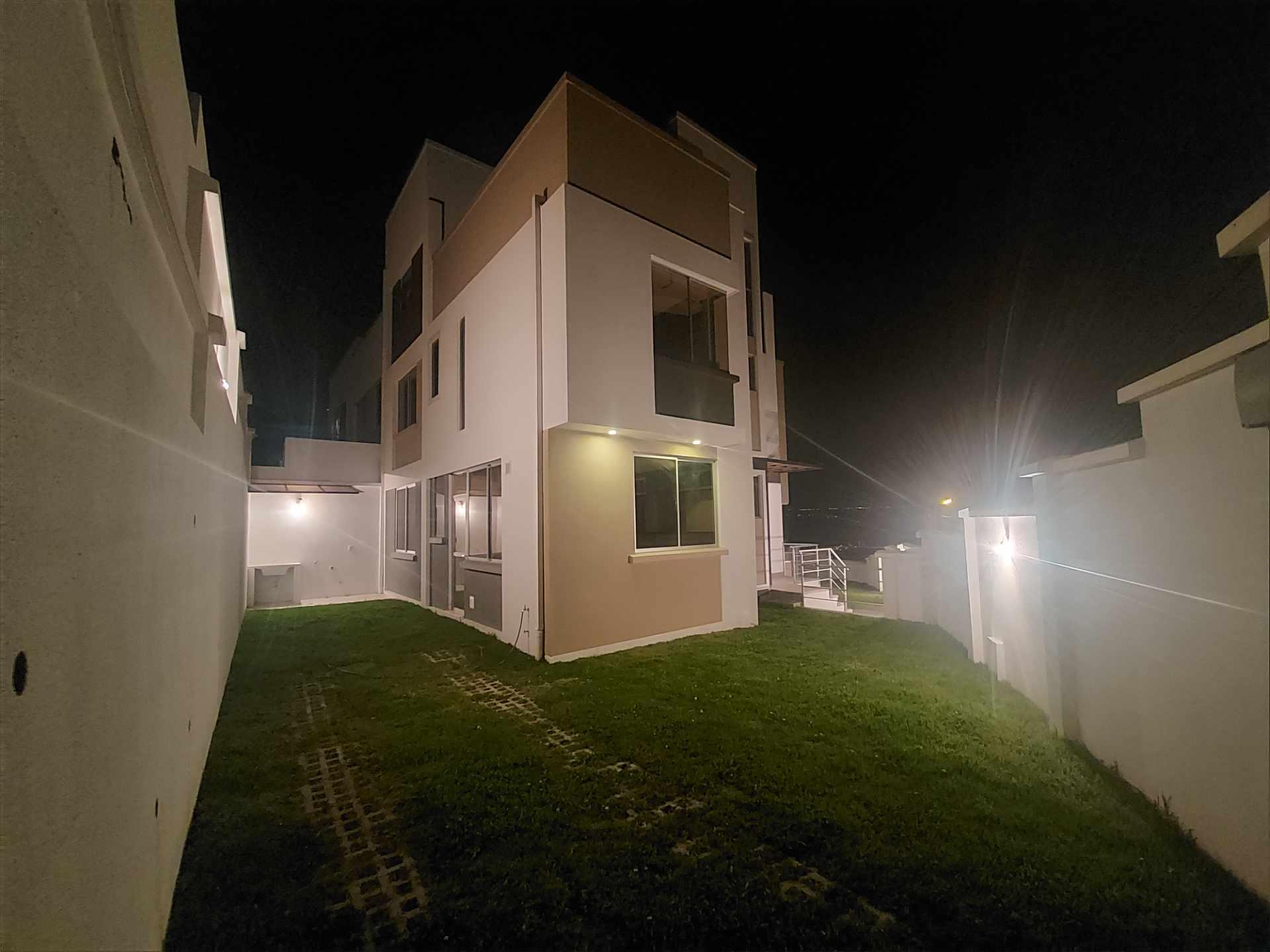 Casa en Venta ACHUMANI HERMOSA CASA NUEVA EN ESQUINA Foto 4